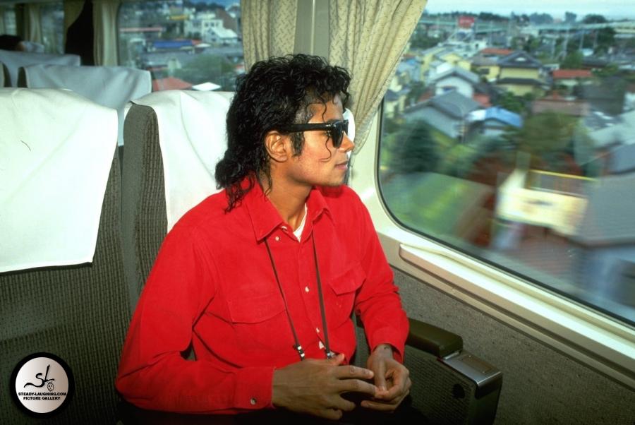 1987-japan-visit-1987-michael-jackson-7155653-900-602