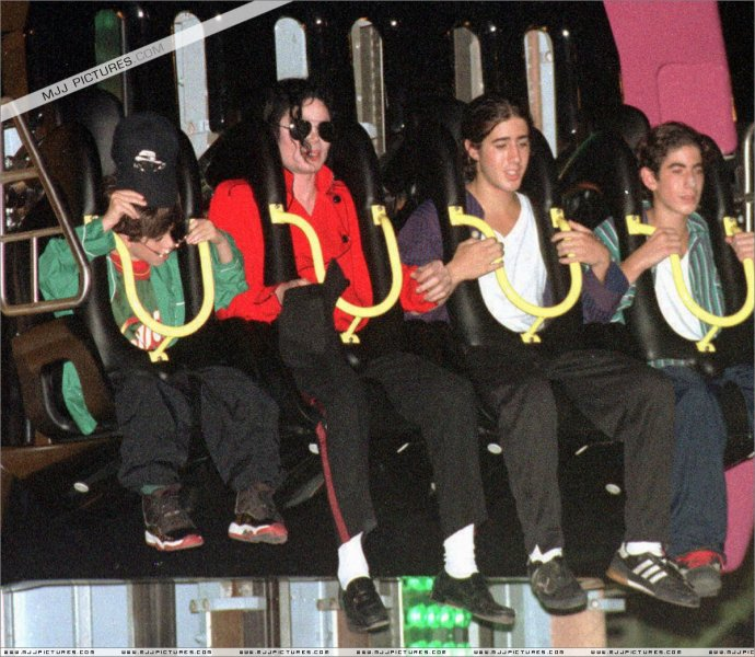Michael-Jackson-on-the-coaster-ride-michael-jackson-29757526-1200-1044