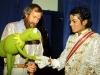 michaeljackson-and-kermit-shake-hands-1984-victorytour